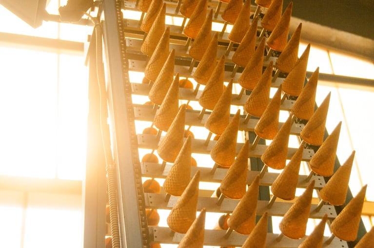 ワッフルコーン製造工程にドライアイス洗浄を導入することで、製品品質が向上