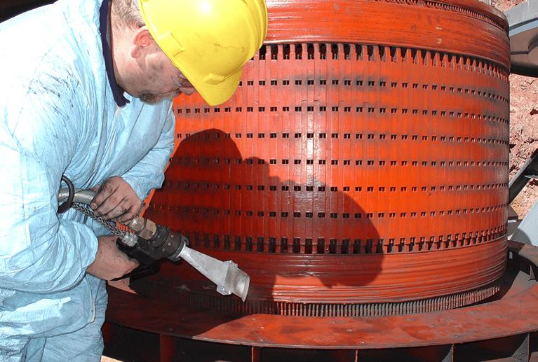 フーバーダム(米国)の発電機をドライアイスで洗浄