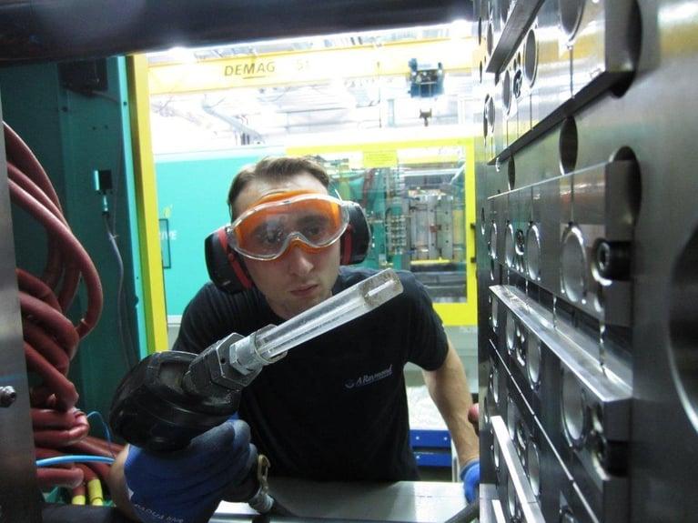 射出成形の製造工場で、ドライアイス洗浄により25%の生産稼働率増